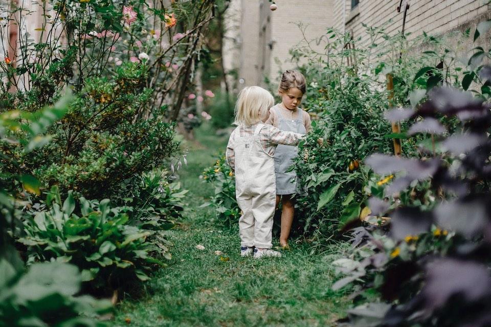 2 kids in backyard